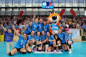 1blf klein 2014 15 2004 detlef gottwald vcwiesbaden rrvilsbiburg jubel vcw team nach dem spiel