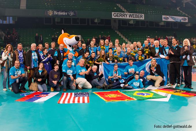 dvv-pokalfinale_2013-03-03_vcw-team-mit-fans_1671_678px_96dpi_foto-detlef-gottwald.jpg