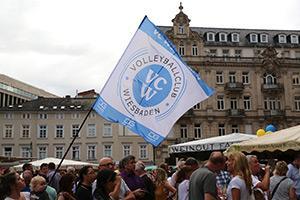 2018 08 15 vc wiesbaden zeigt flagge auf weinfest foto detlef gottwald web